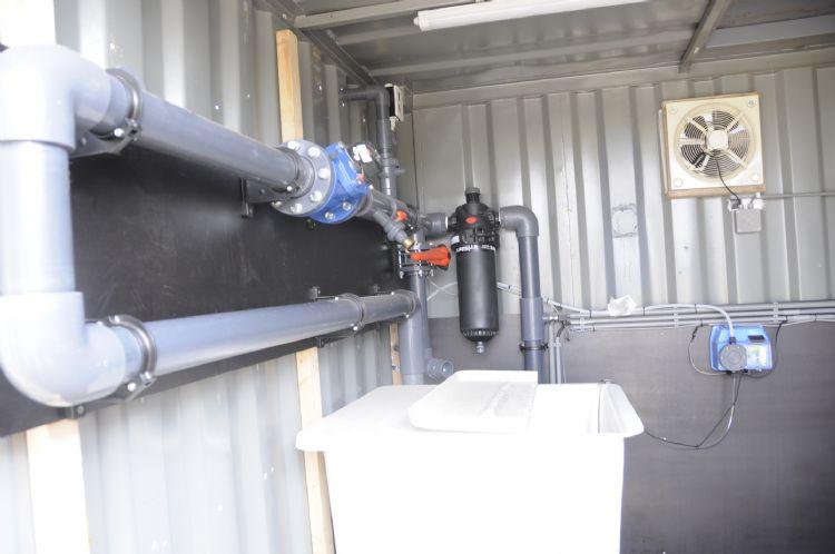 Beregeningscontainer met grondwaterpomp en menginstallaties voor vloeibare mest