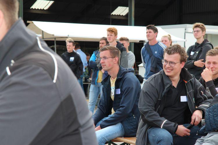Lennart (links) komt net van de opleiding teeltspecialist en is werkzaam bij Kwekerij Hoekert in Wezep
