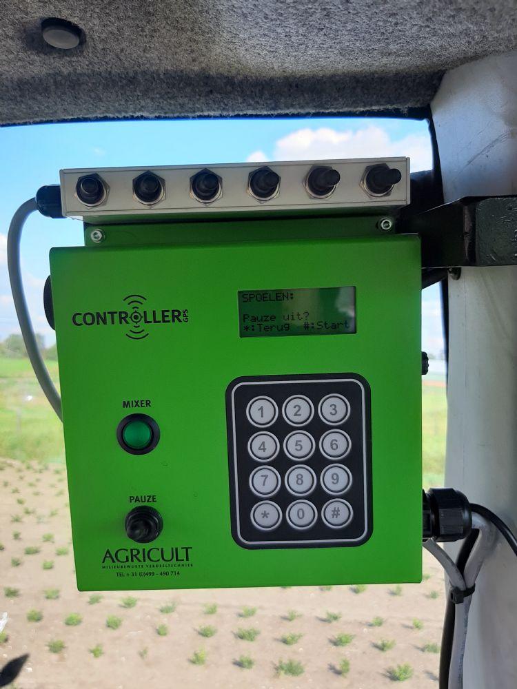De controller in de cabine, waarmee de strooikoppen onafhankelijk van elkaar aan en uit te zetten zijn.