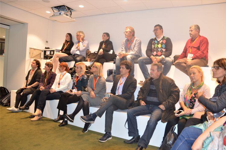 Roemeense delegatie luisterd naar de presentatie over het Crescent Park