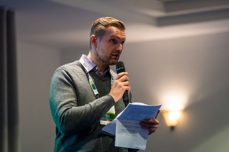 Juryvoorzitter Jannes Landkroon maakte de winnaar bekend.