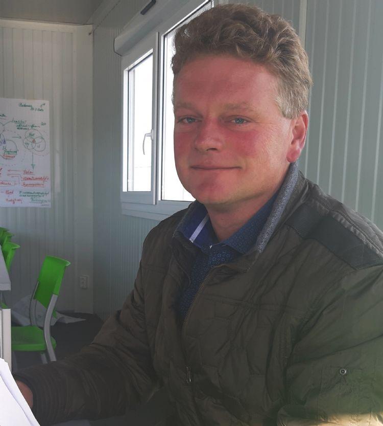 Henk Huibers biedt koffie aan in de extra tijdelijke vergaderruimte die is gecreëerd tijdens de coronacrisis. Hij hoopt dat het kantoor medio 2021 is uitgebreid.