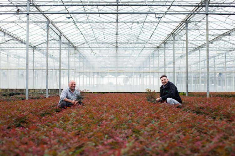 Voor kweker Ron van Opstal (links), hier samen met Lars Tolenaars van Jiffy, staat voorop dat hij een betaalbaar en kwalitatief goed mengsel krijgt dat netjes op tijd wordt geleverd.