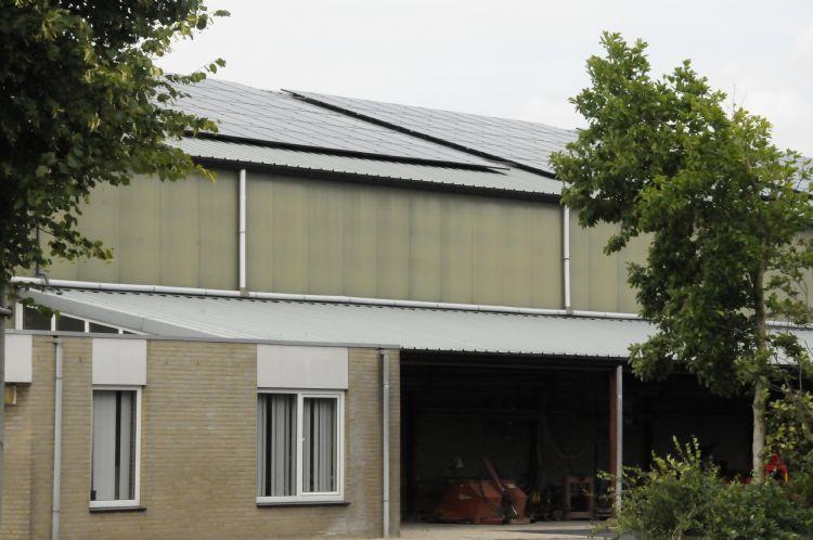De 250 zonnepanelen op het dak van boomkwekerij Richard de Bie