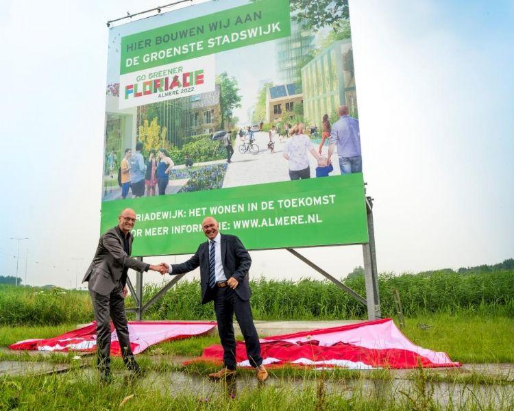 Wethouder Tjeerd Herrema en Kees van Rooij (voorzitter van de Nederlandse Tuinbouwraad) onthullen in 2017 het bouwbord voor de realisatie van de Floriadewijk in Almere.