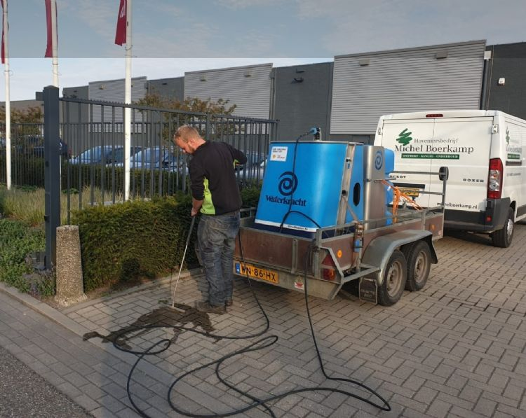 Thijs Nienhuis, medewerker bij hoveniersbedrijf Michel Boerkamp, aan het werk met de Weedmaster M.