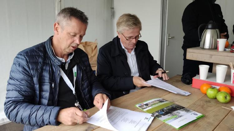 Lex van der Meij de Bie (B. van der Meij de Bie BV) en Hans Gilbers (Waterkracht) tekenen het contract op Groentechniek Holland.