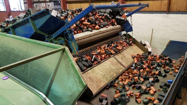 Aanvoer van gebruikte bloempotten bij de recycling-installatie van Van Krimpen in Standdaarbuiten
