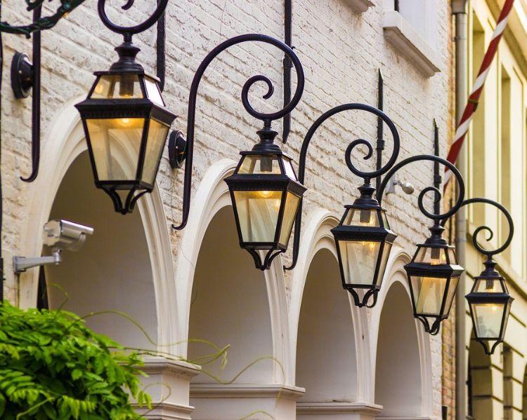 https://pixabay.com/nl/photos/lampen-verlichting-lantaarn-buiten-1508327/