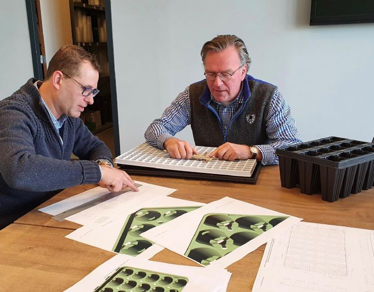 Jorg Swagemakers (Van Krimpen) (l.) en Alfred Boot (Herkuplast) in overleg over een tray-ontwerp