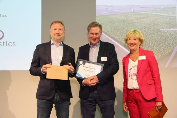 Paul Schildmeijer van M-Plastics (links)